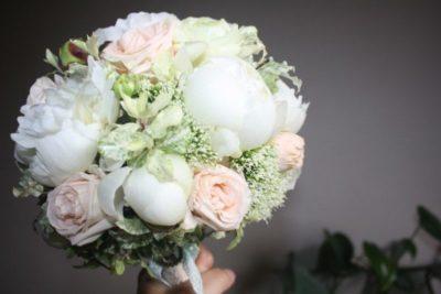 какие цветы сочетаются с пионами